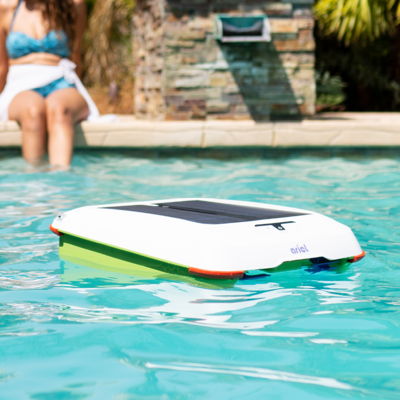 Automatic Pool Skimmer Runs on Solar Power